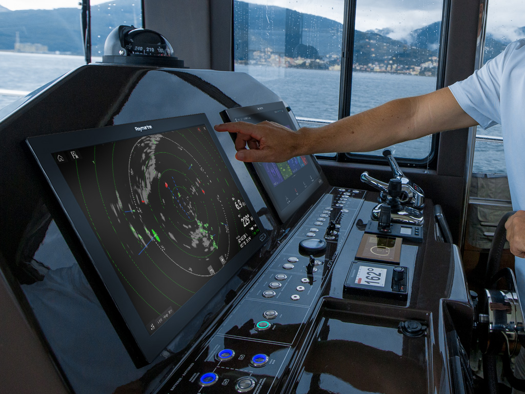 Axiom XL - Enlcosed Bridge | Raymarine - A Brand by FLIR